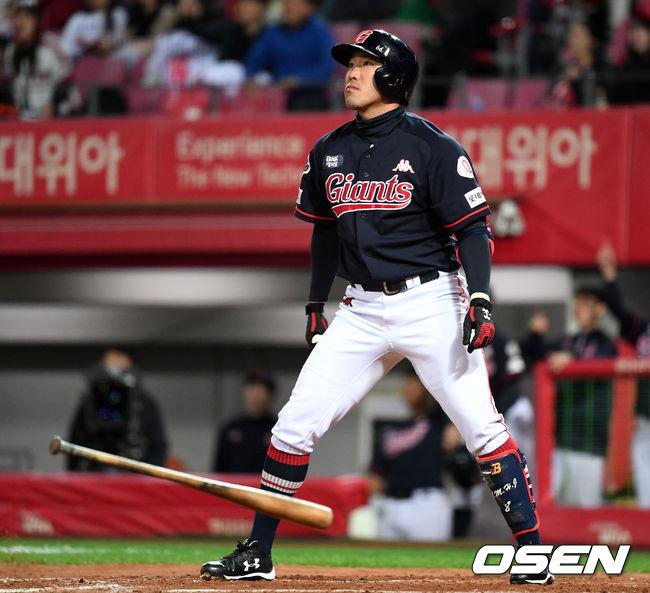 [사진]홈런 타구 바라보는 전준우