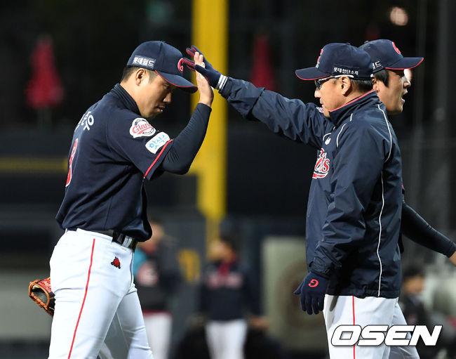 [사진]조원우 감독,전준우 멋진 홈런이었어