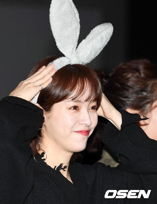 [사진]한지민, 팬이 선물한 토끼 머리띠 하고