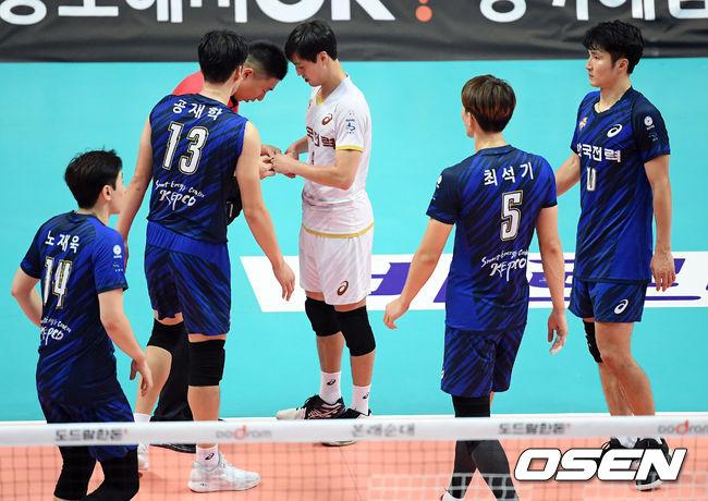 [사진]이승현의 부상에 한데 모인 한국전력 선수들