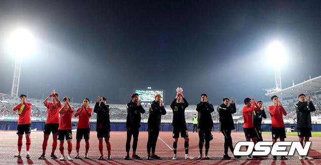 [사진]서포터즈의 응원에 고마움 표하는 태극전사들