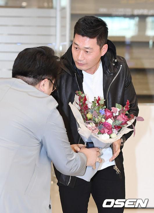 [사진]팬에게 꽃다발 받는 오승환
