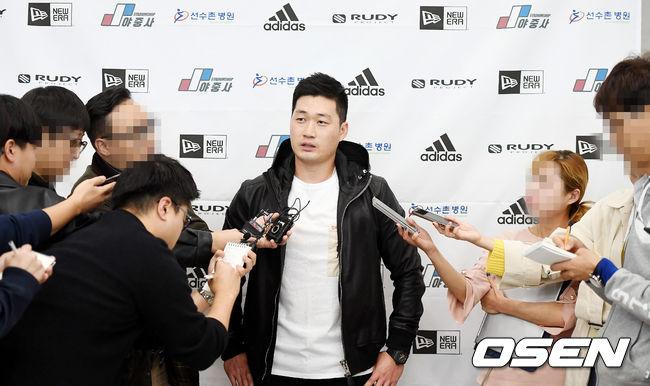 [사진]취재진과 인터뷰 나누는 오승환