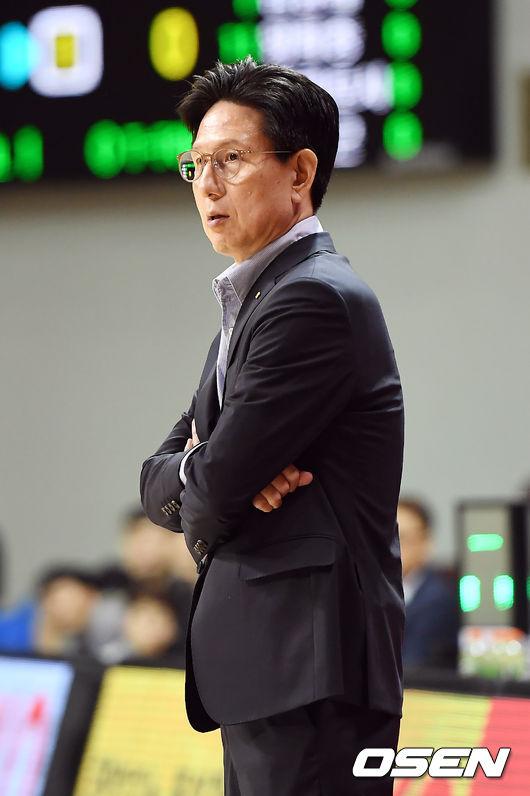 [사진]경기 지켜보는 서동철 감독