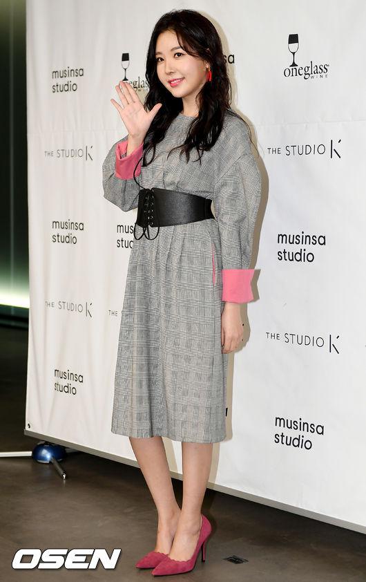 [사진]레이나, 포인트는 러블리한 핑크빛 구두
