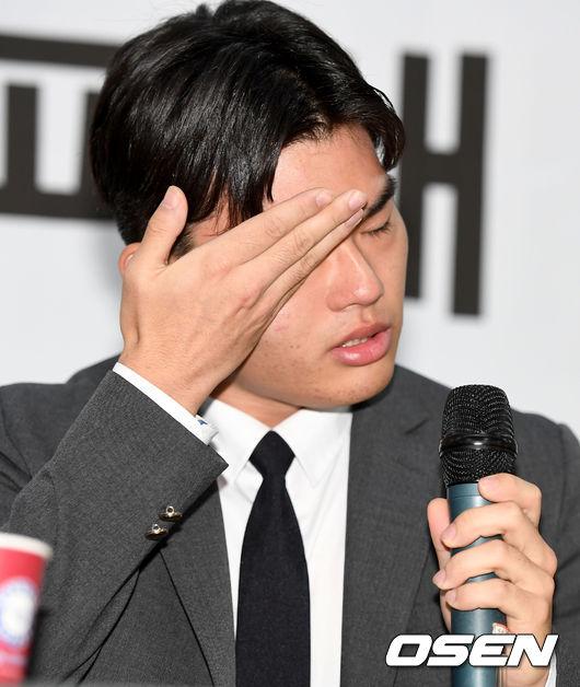 [사진]더이스트라이트 이석철, 폭행 피해 증언 중 눈물