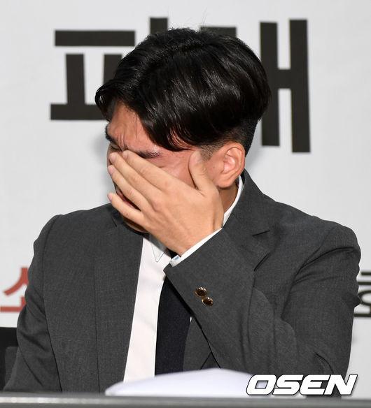 [사진]폭행 피해 당한 더이스트라이트 이석철, 눈물의 기자회견