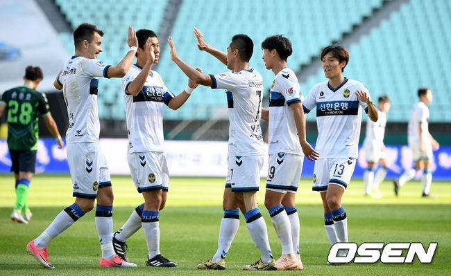 [사진]인천, 우승 세리머니 앞둔 전북 향해 전반에만 두 골