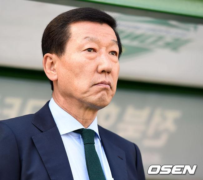 [사진]우승 시상식 앞두고 담담하게 경기 나서는 전북 최강희 감독