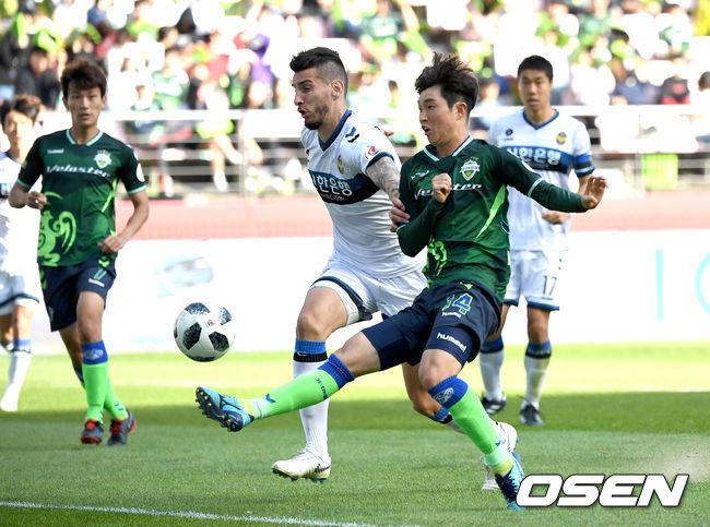 [사진]후반 시작부터 인천 골문 두드리는 전북 이승기
