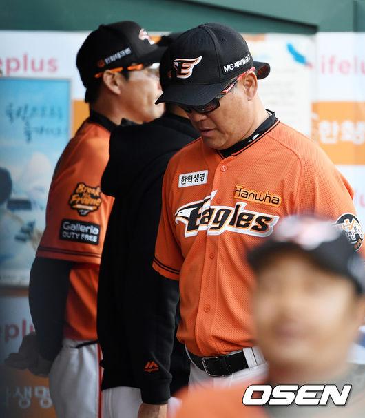 [사진]생각에 잠긴 장종훈 코치