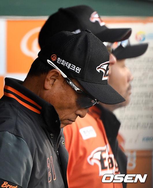 [사진]생각에 잠긴 송진우 코치