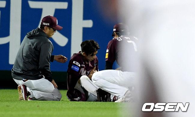 [준PO2] 9회말 슈퍼 캐치 이정후, 어깨 부상 교체…병원 후송