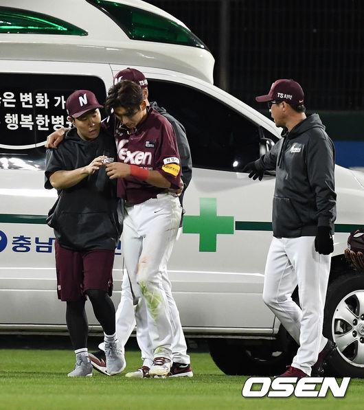 [사진]이정후, 어깨 부상으로 병원 후송