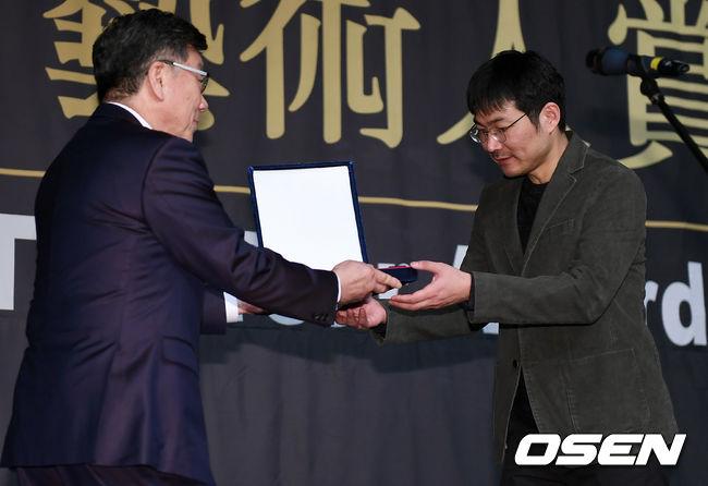 [사진]신동석 감독, 영광스러운 순간