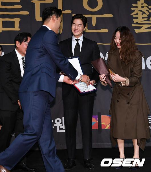 [사진]유지태-김효진 부부, 박찬호에게 축하 받으며