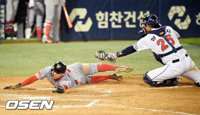[사진]김재현,양의지 태그를 피해 몸을 날렸지만