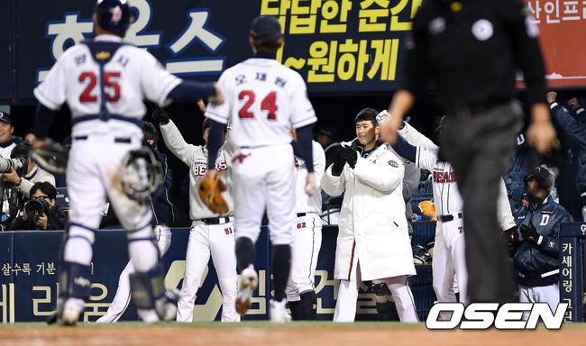 [사진]두산,김재현 아웃에 환호