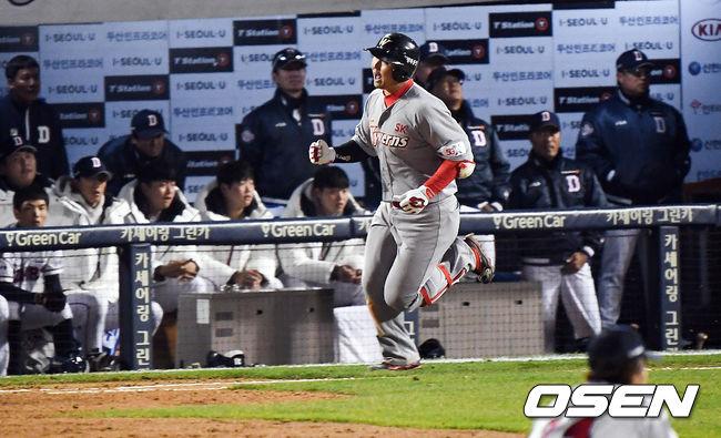[사진]동점 솔로포 최정,야구는 9회 2사부터