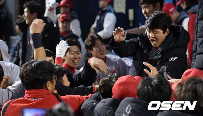 [사진]최정 홈런에 환호하는 SK 더그아웃