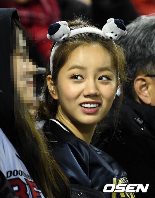 [사진]한국시리즈 관전하는 혜리