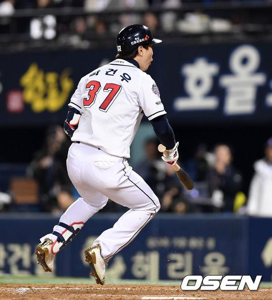[사진]삼진 판정에 펄쩍 뛰는 박건우