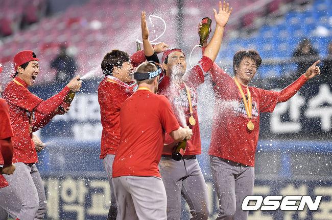 [사진]격한 축하 받는 MVP 한동민