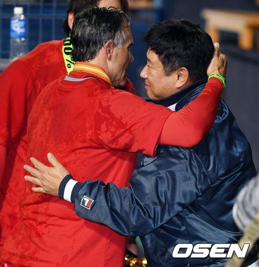 [사진]뜨거운 포옹 나누는 힐만-김태형 감독