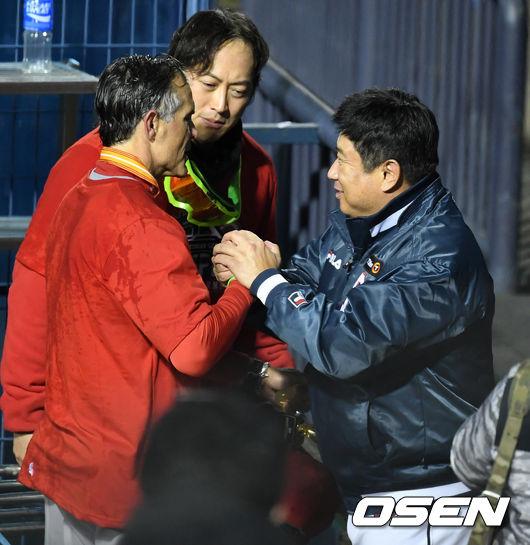 [사진]힐만-김태형 감독, 멋진 승부, 감사합니다