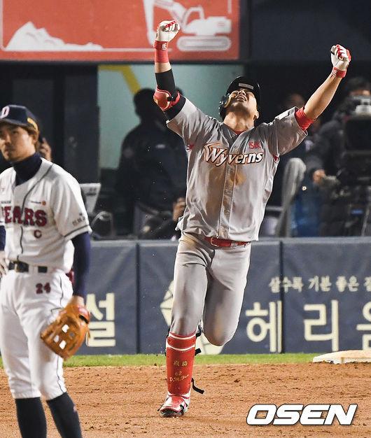 [사진]한국시리즈 우승 해낸 한동민,두팔을 번쩍