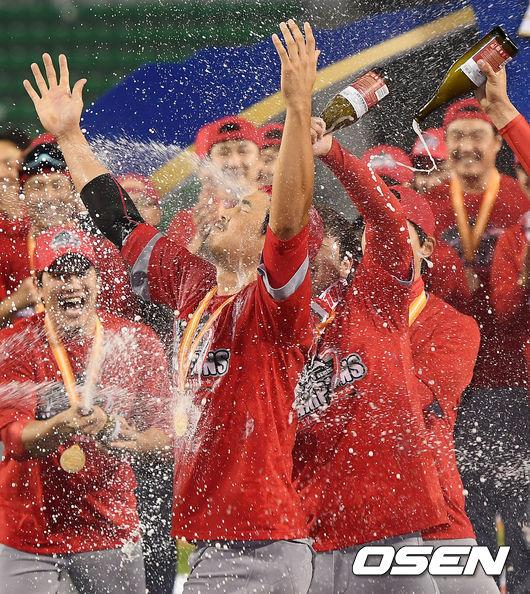 [사진]한국시리즈 MVP 한동민,맘껏 뿌려주세요