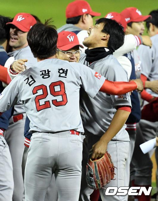 [사진]박경완 코치, 김광현-한동민, 우승 선물 고맙다