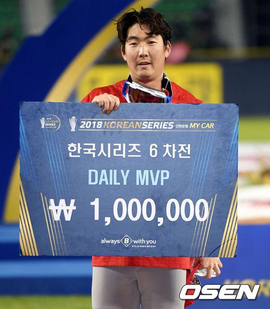 [사진]한국시리즈 6차전 데일리 MVP 차지한 문승원
