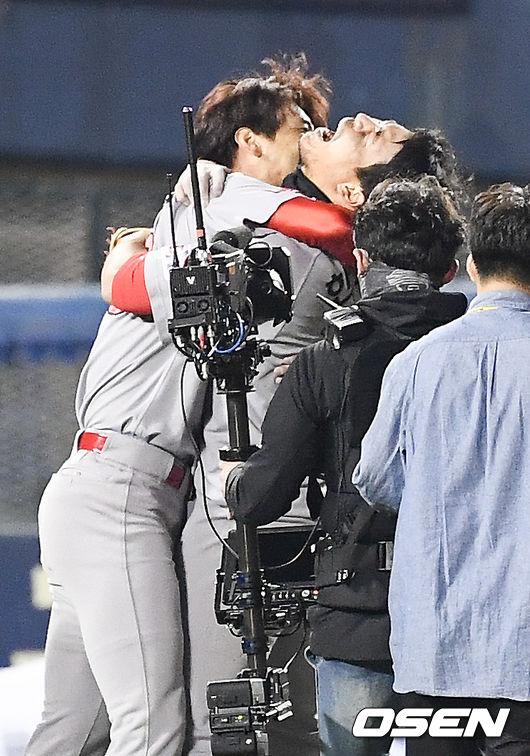 [사진]시리즈 MVP 한동민,김광현 안고 펑펑