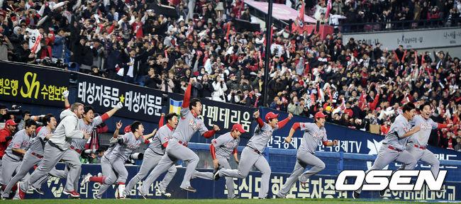 [사진]V4 기쁨 나누는 SK 선수들