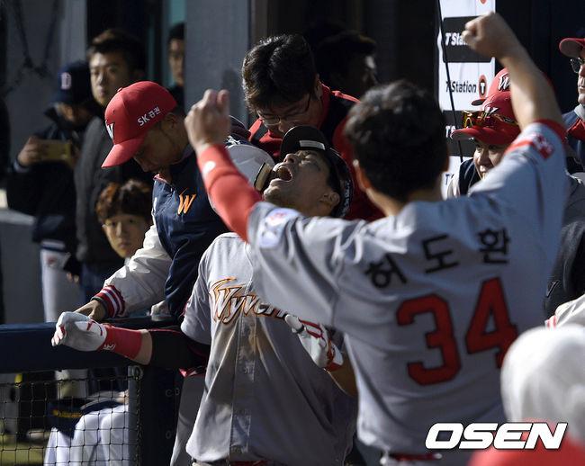 [사진]한동민 짜릿한 홈런에 SK 더그아웃 광란의 도가니