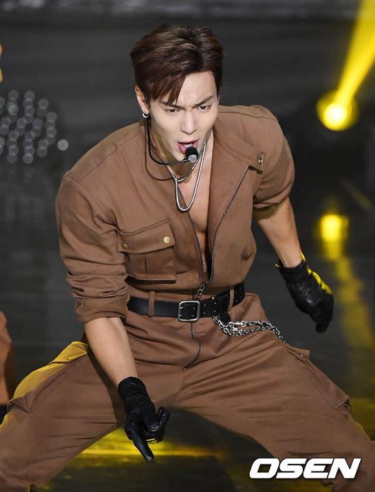 [사진]몬스타엑스 셔누,근육 뽐내며 열창