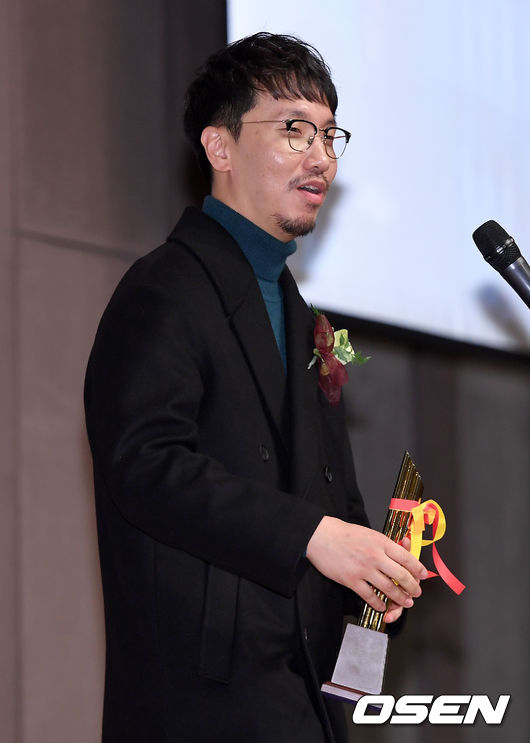 [사진]영평상 감독상 소감 전하는 공작 윤종빈 감독