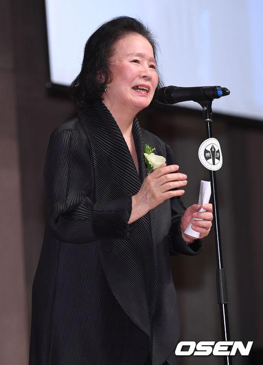 [사진]윤정희, 영평상 공로상 수상 소감 전하며