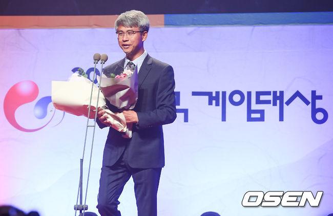 [사진]지희환 개발이사,2018 게임대상 우수개발자상 수상