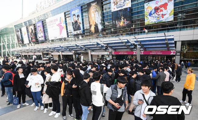 [사진]2018 지스타 개막 기다리는 수많은 팬들