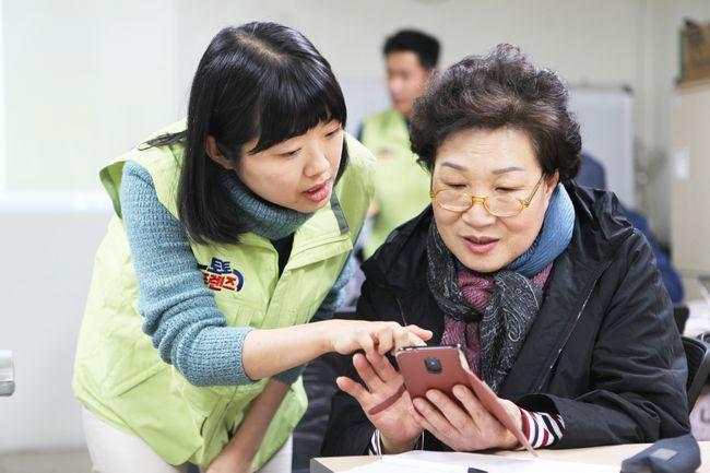 (주)케이토토 사회봉사단 '토토프렌즈',  관내 어르신 대상 스마트폰 교육