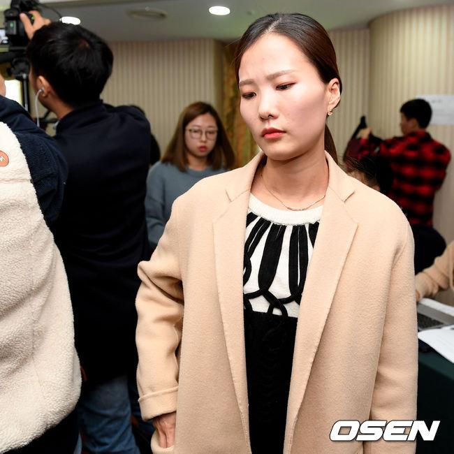 [사진]기자회견장 빠져나가는 팀 킴 김은정