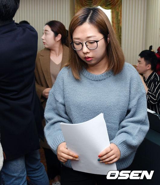 [사진]호소문 들고 기자회견장 빠져나가는 김선영
