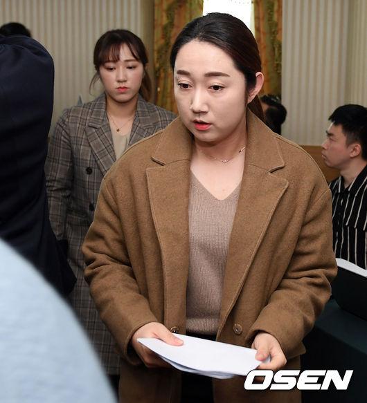 [사진]기자회견장 빠져나가는 팀 킴 김영미