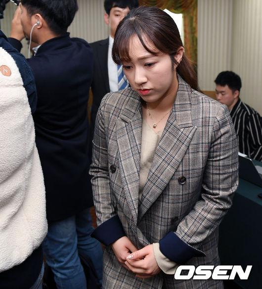 [사진]기자회견장 빠져나가는 팀 킴 김경애