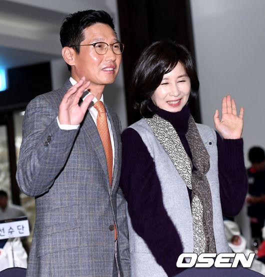 [사진]염경엽 SK 신임 감독, 아내와 함께 취임식장에