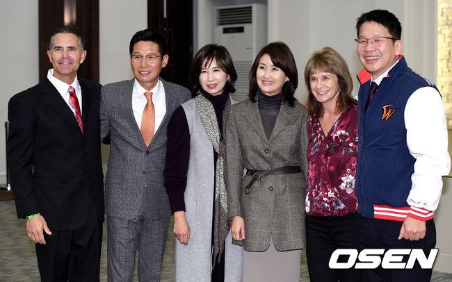 [사진]가족과 함께 하는 SK 힐만-염경엽 감독 이취임식