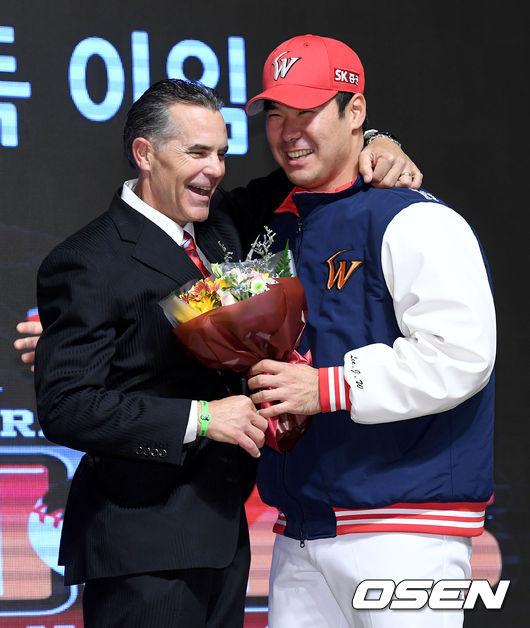 [사진]힐만 전 감독과 이재원, 미소로 마지막을