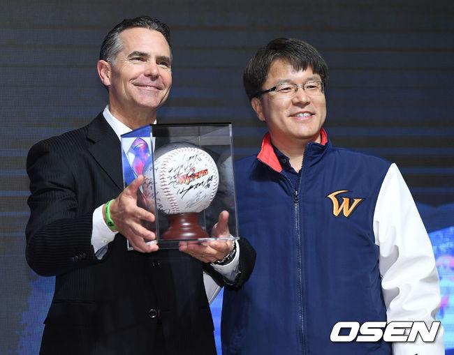 [사진]SK 힐만 전 감독, 선수들의 사인볼과 함께